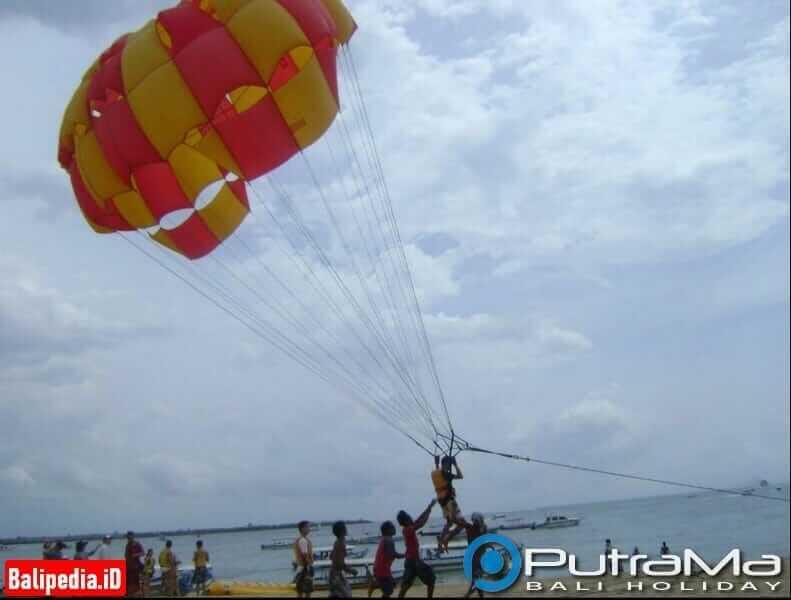 Naik single Parasailing di Pantai Tanjung Benoa Bali